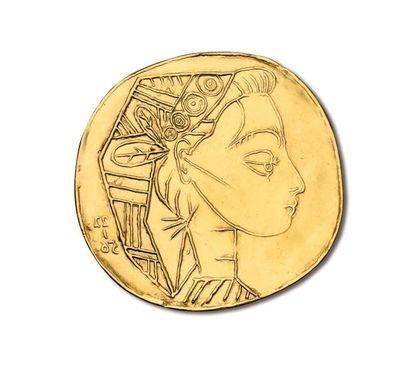 Pablo PICASSO (1881-1973) d'après PROFIL DE JACQUELINE Sculpture-pendentif en or...