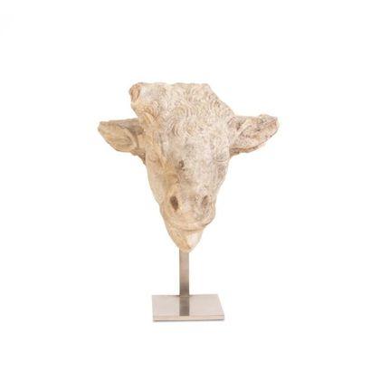 Tête de taureau Fragment de statue représentant la tête d'un taureau traitée de...