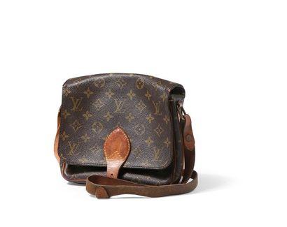 Louis Vuitton Petit sac 22 cm en toile monogram...