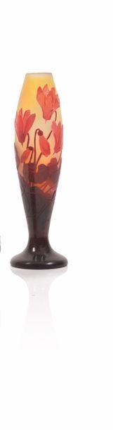 Gallé Vase de forme balustre en verre gravé...
