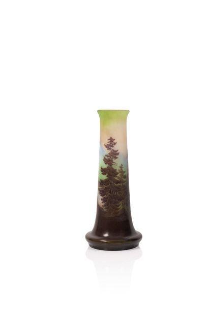 Gallé Vase à base aplati en verre gravé à...