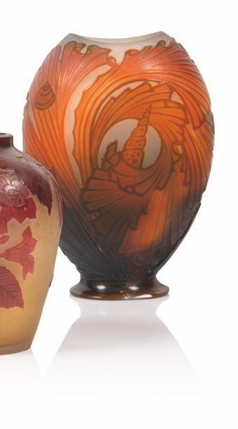 Gallé Vase de forme ovale aplatie en verre...