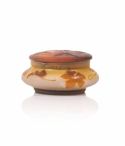 Gallé Bonbonnière ronde en verre gravé à...