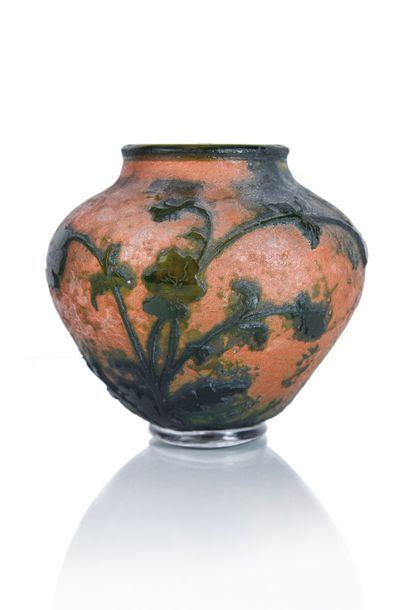 Daum Vase de forme pansu en verre gravé à...