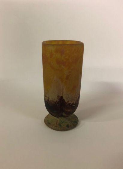 Daum Vase de forme quadrilobée sur piédouche...