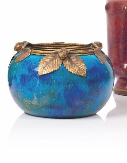 Sèvres Vase de forme boule à col ouvert en...