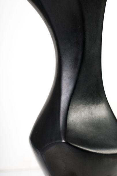 Georges Jouve (1910-1964) Os. Sculpture en céramique émaillée noire sur socle en...