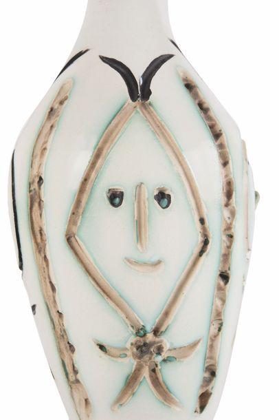 Pablo Picasso (1881-1973) Bouteille gravée. 1954. Vase tourné en terre de faïence...