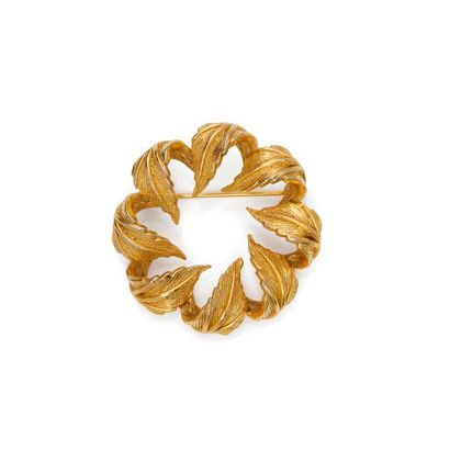 Broche en métal doré, de forme ronde à motifs...