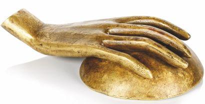 Alberto GIACOMETTI (1901-1966)  Main avec coupelle. Sculpture en bronze doré. H....