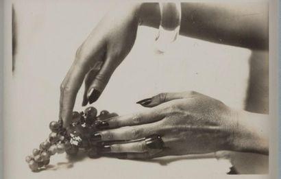 LARTIGUE JACQUES HENRI 雅克·亨利·拉蒂格 (1894-1986) Mains aux raisins PHOTOGRAPHIE ORIGINALE...