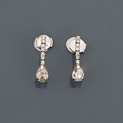 Pendants d'oreilles en gris, 750 MM, chacun...