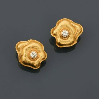 Boucles d'oreilles mouvementés en or jaune,...