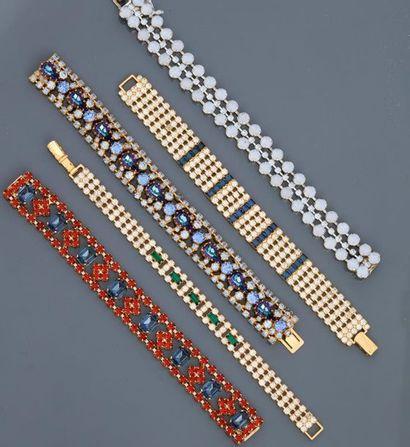 Lot : Cinq bracelets plats en métal doré rhodié, tous recouverts de strass coloré...