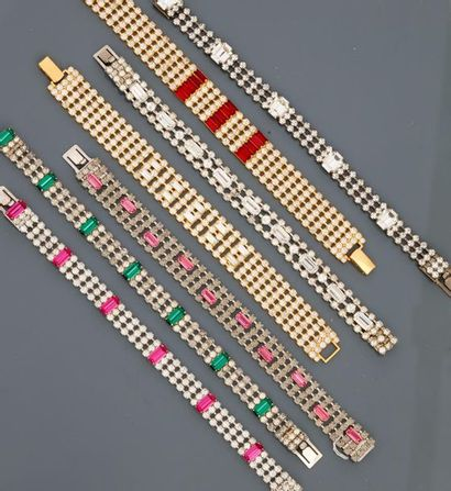 Lot : Sept bracelets plats en métal doré...