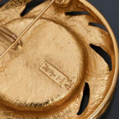 Lot : Deux broches - pendentif rondes en métal doré rhodié, l'une signée St LAURENT...