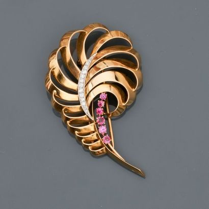 Broche dessinant une feuille d'or rose, 750...