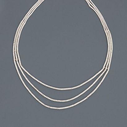 Collier formé de liens d'or gris, 750 MM,...