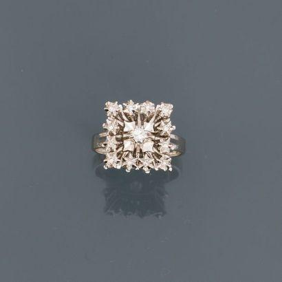 Bague carrée en or gris, 750 MM, ornée de diamants, vers 1960, taille : 52, poids...