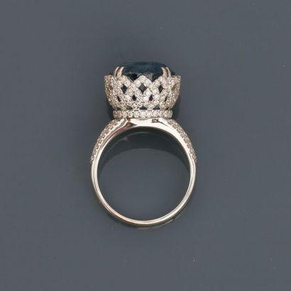 Bague ronde dessinant une couronne recouverte...