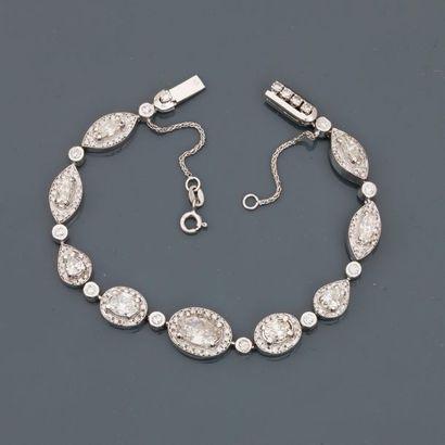 Bracelet souple formé de neuf maillons d'or...