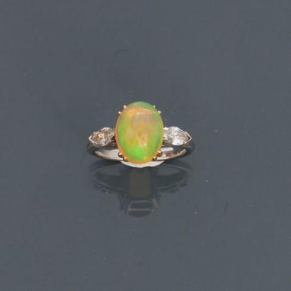 Bague en or gris, 750 MM, ornée d'une opale...