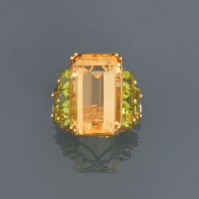Bague en or jaune , 750 MM, centrée d'une...