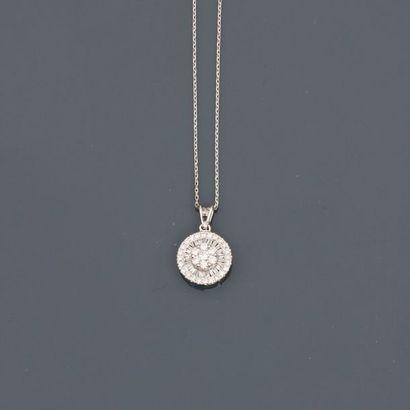 Chaîne diamantée et pendentif rond en or...