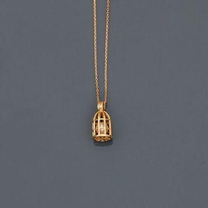 Chaîne diamantée et pendentif dessinant une...