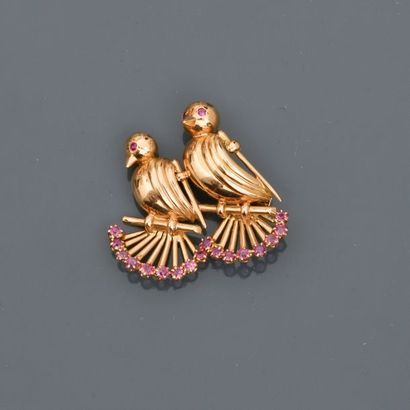 Broche dessinant deux oiseaux en or rose,...