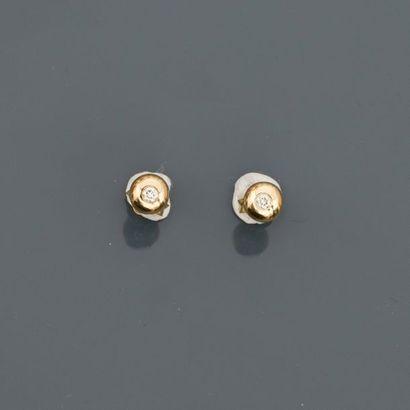 Puces d'oreilles en or jaune, 750 MM, ornée chacune d'un diamant, total : 0,10 carat,...