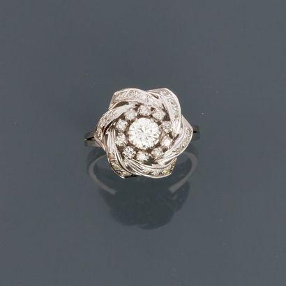 Bague en or gris, 585 MM, ornée de diamants,...