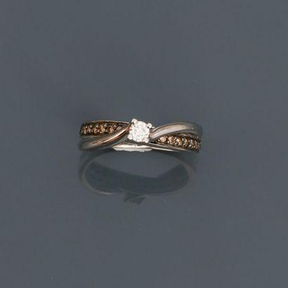Bague formée de deux liens en or gris, 750...