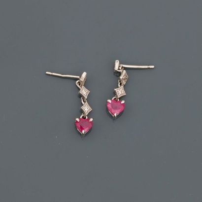 Petits pendants d'oreilles en or gris, 750...