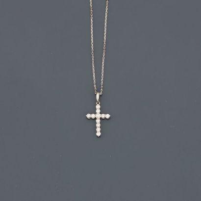 Chaîne et croix en or gris, 750 MM, soulignée...