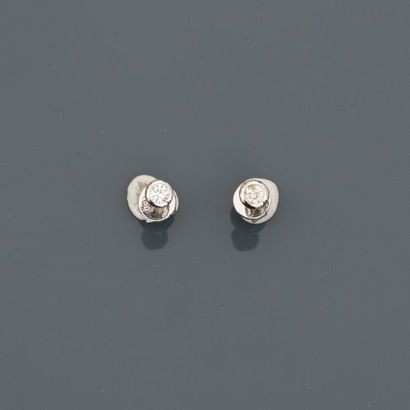 Puces d'oreilles en or gris, 750 MM, ornée...