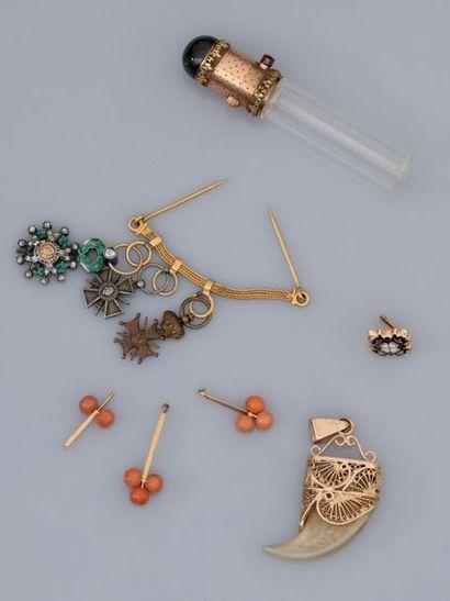 Lot de motifs, éléments, petites médailles...