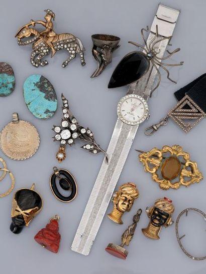 Lot : Breloques, broches, sceaux, têtes de...