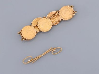 Lot : Bracelet formé de sept Napoléons et broche stylisée en or jaune, 750 MM, chaînette...