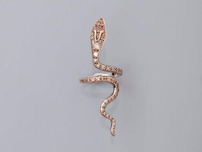 Longue bague dessinant un serpent en or gris,...