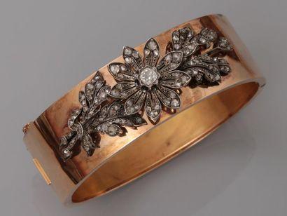 Très beau bracelet manchette ouvrant en or...