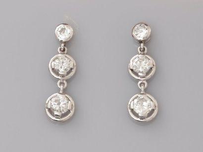 Elegants pendants d'oreilles en or gris,...