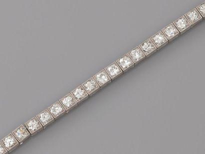 Très beau bracelet ligne articulé en or gris...