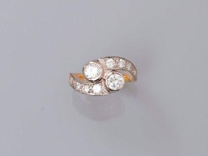 Bague deux ors, 750 MM, ornée de deux diamants...
