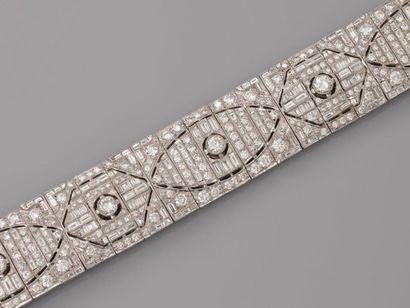 Très beau bracelet plat, articulé en or gris,...