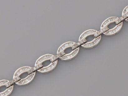 Bracelet souple formé de maillons d' or gris,...