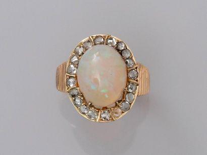 Bague en or jaune, 750 MM, ornée d'une opale...