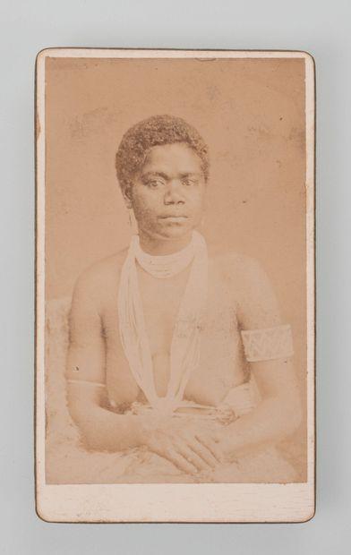 Photographe non identifié. Femme kanak posant...