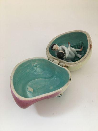OBJET. Couple japonais, porcelaine polychrome....