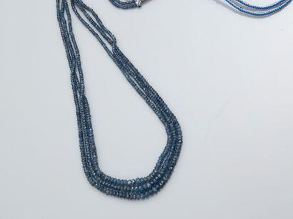 Collier sur fils de soie formé de trois rangs...